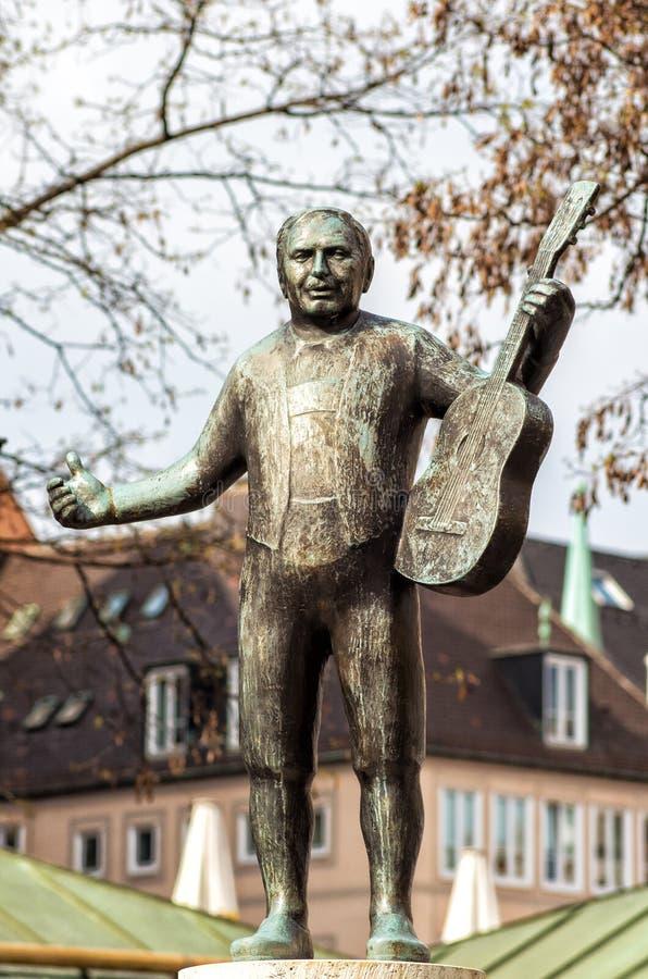 Scultura dell'uomo con una chitarra immagine stock