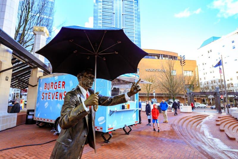 Scultura dell'uomo dell'ombrello nel quadrato pionieristico del tribunale immagini stock
