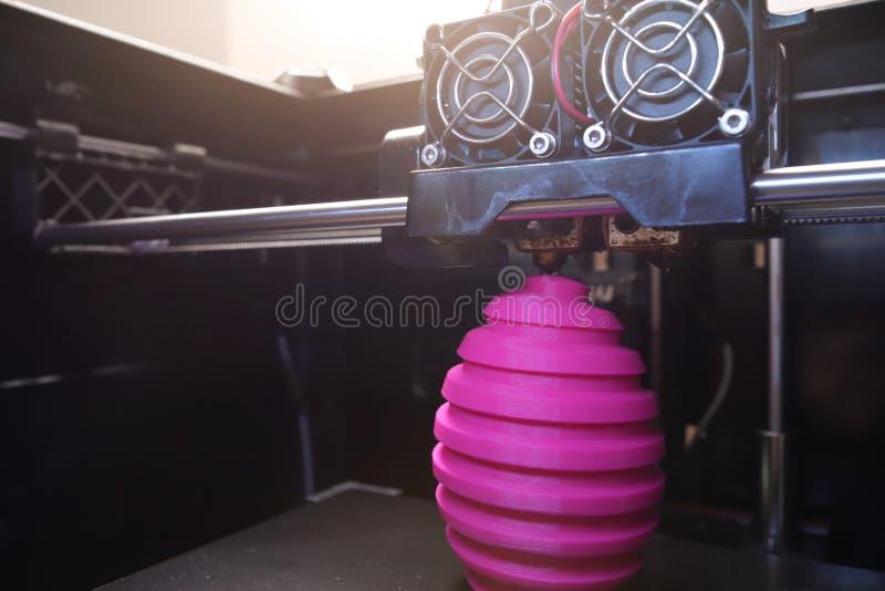 Scultura dell'uovo di Pasqua di rosa della ferita di fabbricazione di FDM 3D-printer - vista grandangolare su oggetto, sulla test fotografia stock