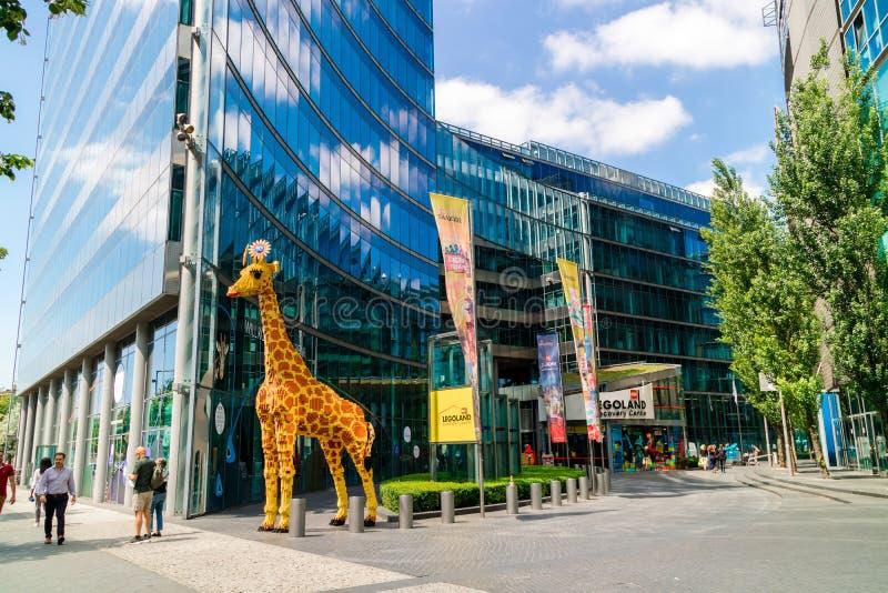 Scultura della giraffa fuori di Lego Discovery Centre a Berlino immagini stock libere da diritti