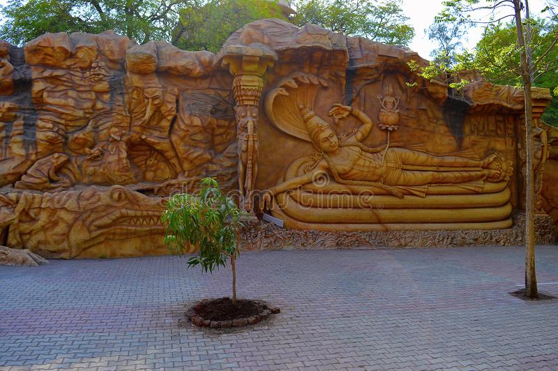 Scultura della parete, Vishnu sul serpente Per la matematica Kolhapur di Kaneri del museo di Siddhagiri Gramjivan fotografia stock libera da diritti