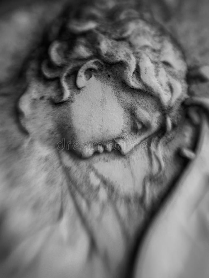 Scultura della pietra di un angelo con la testa piegata fotografie stock libere da diritti