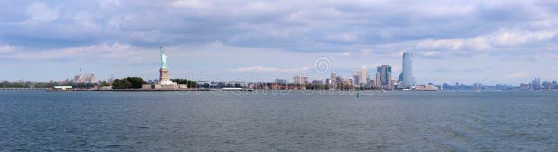 Scultura della statua della libertà, su Liberty Island in mezzo a immagine stock libera da diritti