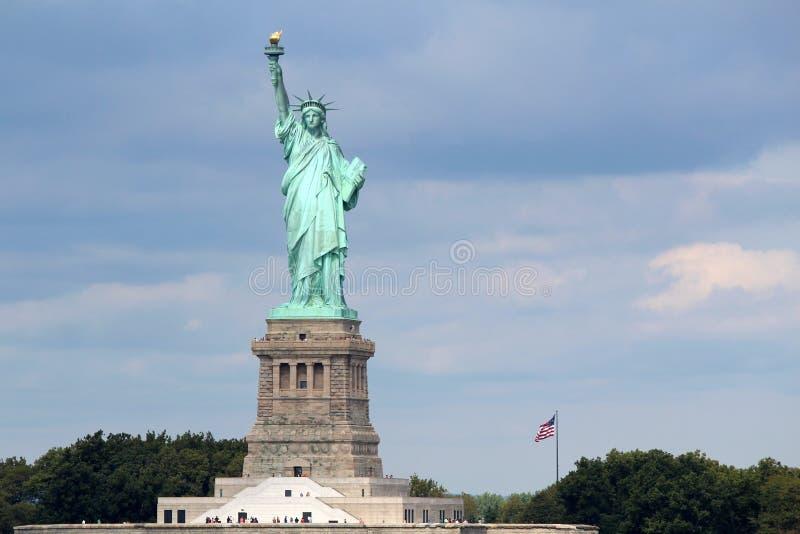 Scultura della statua della libertà, su Liberty Island in mezzo a immagini stock libere da diritti