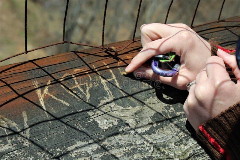 Scultura delle iniziali in legno con le chiavi fotografie stock