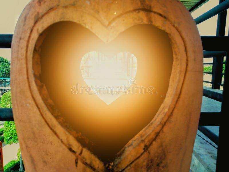 Scultura di argilla delle terraglie con un cuore nel mezzo immagini stock libere da diritti