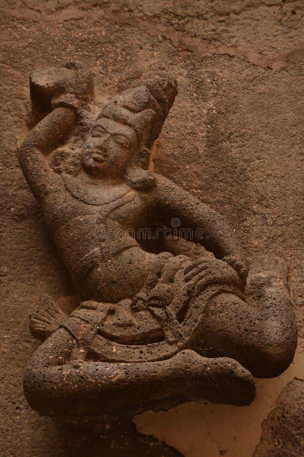 Scultura di Excusite di una ragazza ballante sulle pareti del tempio di Kailasha, Ellora Caves, India fotografie stock