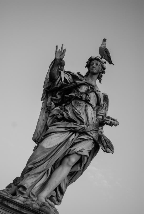 Scultura di femine del ponte di Roma charles immagine stock