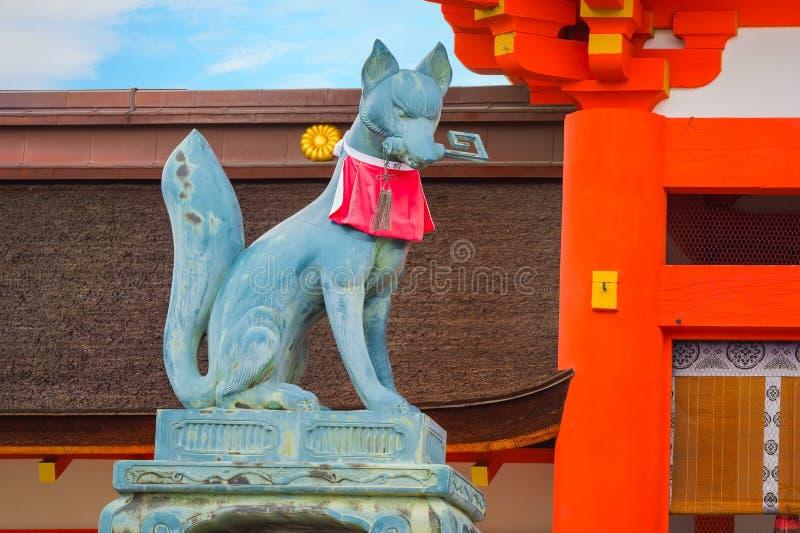 Scultura di Fox di Kitsune al santuario di Fushimi Inari-taisha a Kyoto immagini stock libere da diritti