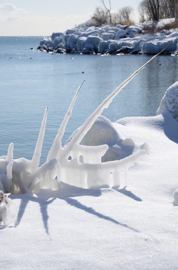 Scultura di ghiaccio e ghiaccio il lago Ontario della riva immagini stock libere da diritti