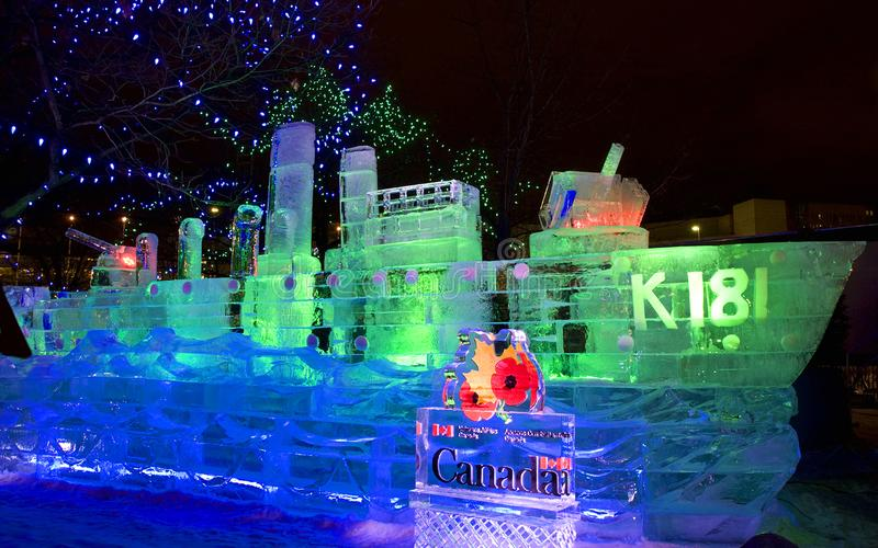 Scultura di ghiaccio su nave da battaglia canadese illuminata di notte immagini stock