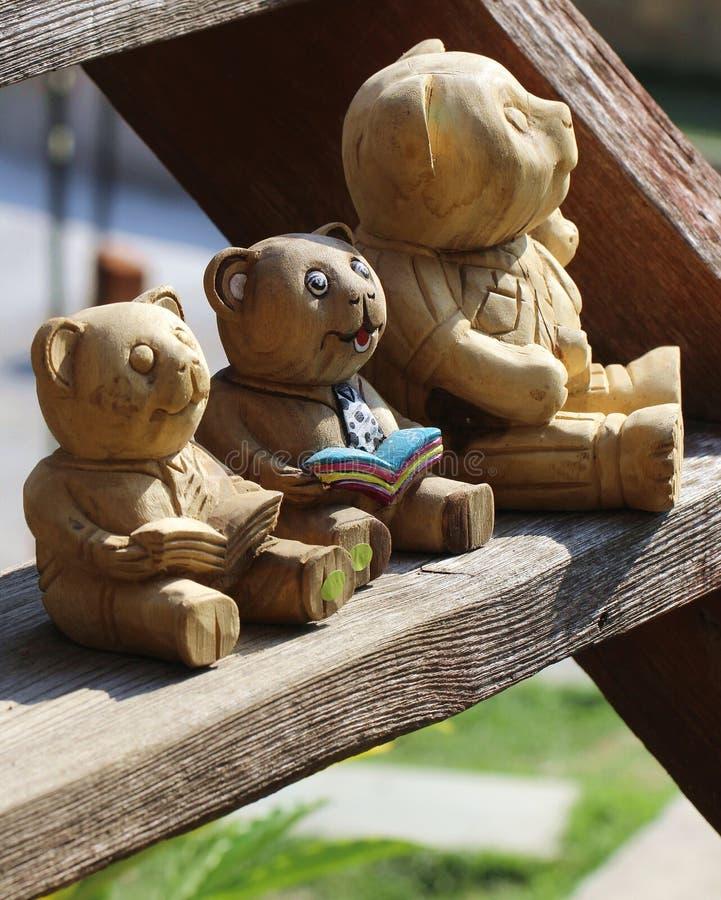 Scultura di legno dell'orso fotografia stock