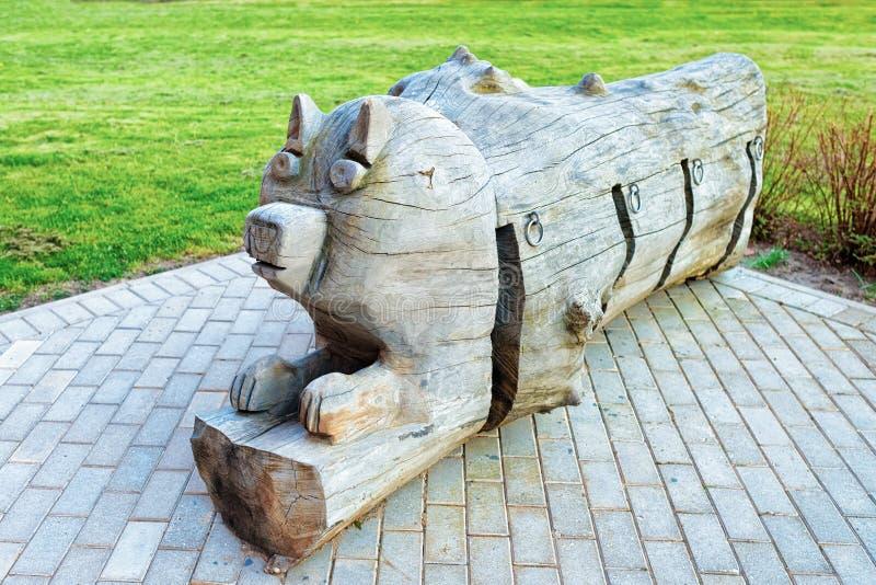 Scultura in legno di un gatto a Kuldiga in Kurzeme in Lettonia occidentale Si chiamava Goldingen immagine stock libera da diritti