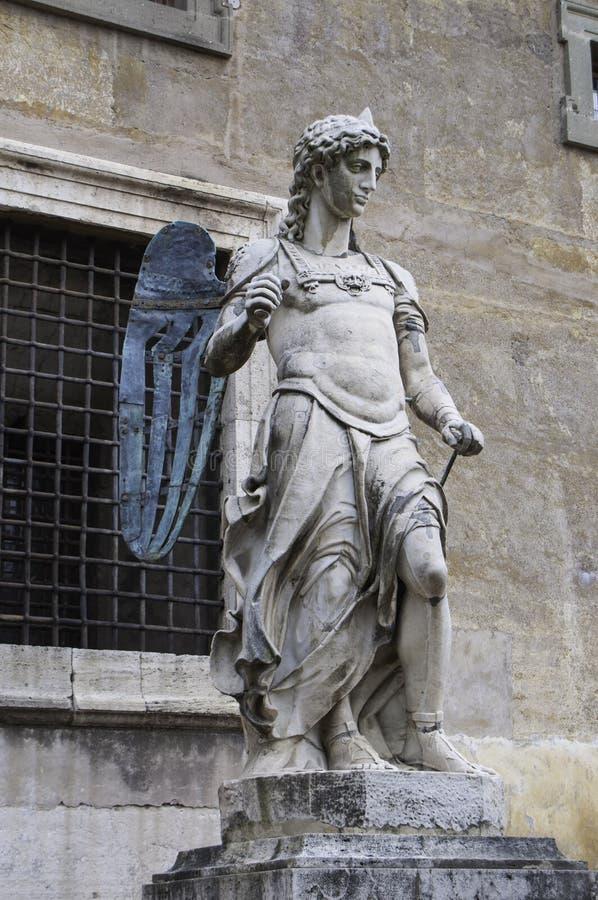 Scultura di marmo di un angelo con le ali bronzee da Raffaello da Montelupo fotografia stock
