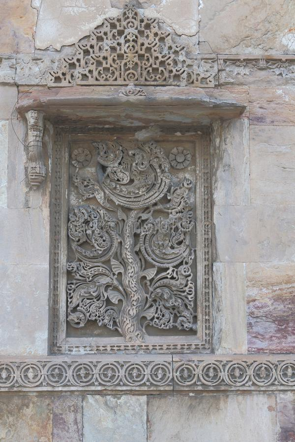 Scultura di pietra artistica sulla finestra, architettura storica antica islamica immagine stock
