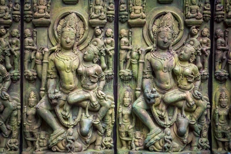 Scultura di pietra asiatica tradizionale delle divinità di buddismo che illustrano cultura asiatica e mestiere di scultura asiati immagini stock libere da diritti