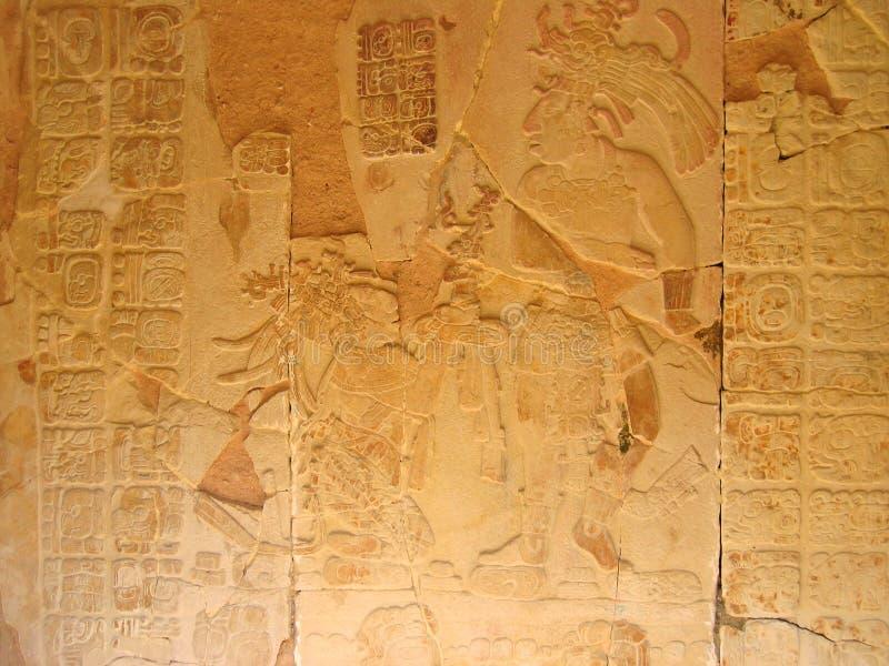 Scultura di pietra con il capo del maya immagini stock