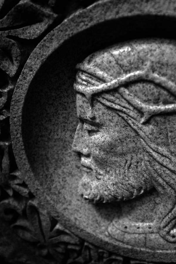Scultura di pietra di Cristo con la corona delle spine Christian Christianity fotografia stock libera da diritti