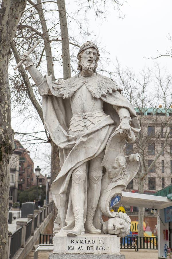 Scultura di Ramiro I delle Asturie a Plaza de Oriente, Madrid, S fotografie stock