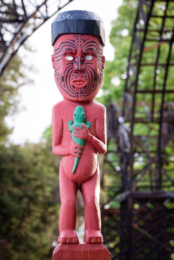 Scultura di scultura maori nel Distretto di Rotorua, Nuova Zelanda immagini stock libere da diritti