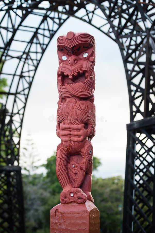 Scultura di scultura maori nel Distretto di Rotorua, Nuova Zelanda fotografie stock libere da diritti