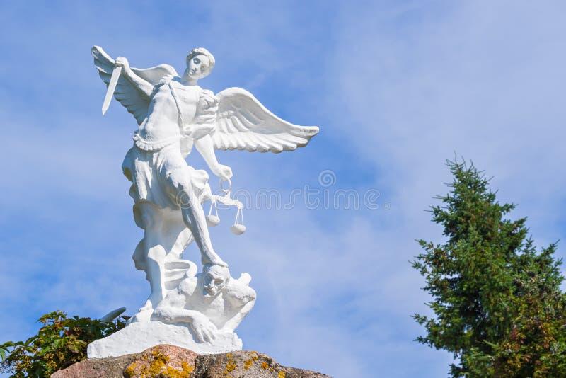 Scultura di St Michael l'arcangelo con la spada ed il diavolo colpente del libra immagine stock libera da diritti