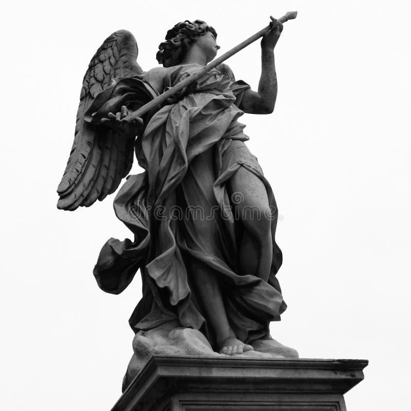 Scultura di un angelo con la lancia su Ponte Sant'Angelo a Roma, I immagini stock libere da diritti