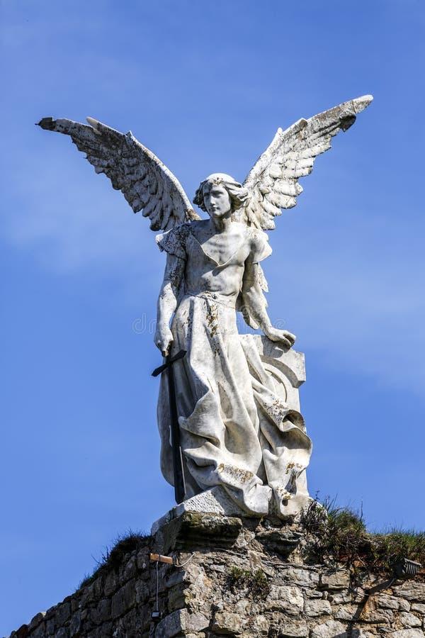 Scultura di un angelo custode con una spada nel cimitero di Comillas immagine stock libera da diritti
