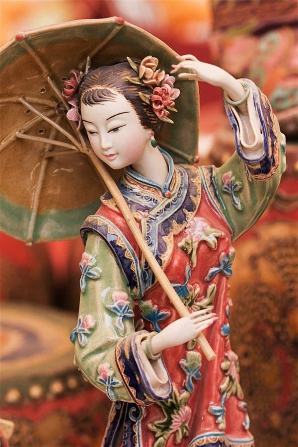Scultura di una ragazza cinese tradizionalmente vestita immagini stock libere da diritti