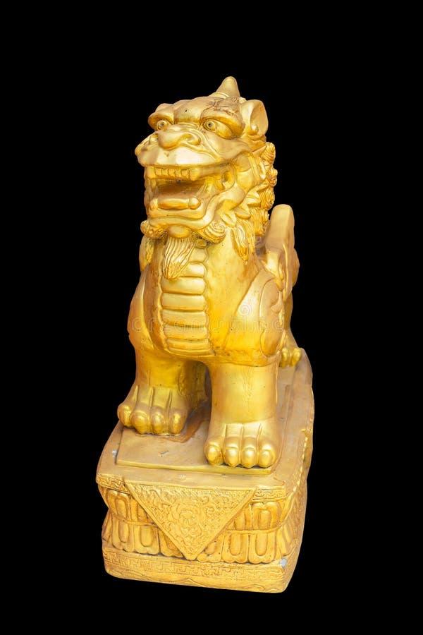 Scultura dorata del leone di stile cinese nel fondo nero fotografia stock libera da diritti