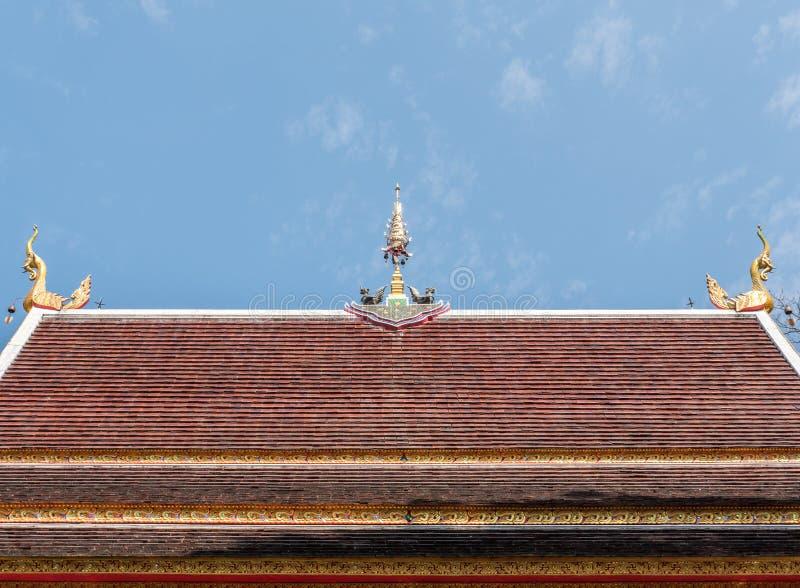 Scultura dorata dell'uccello sulla cima del tetto della chiesa immagini stock libere da diritti