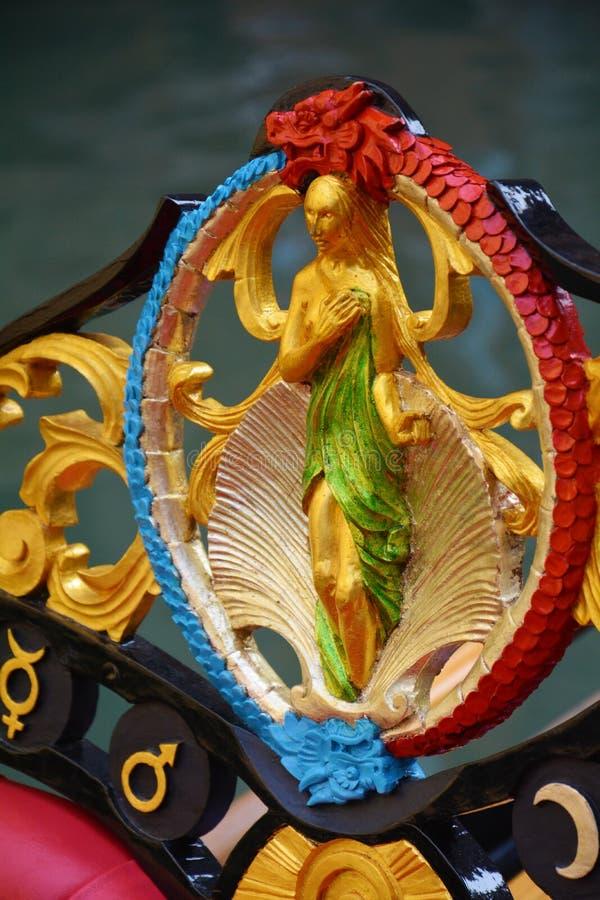 Scultura dorata di una gondola, Venezia della donna del mare immagine stock