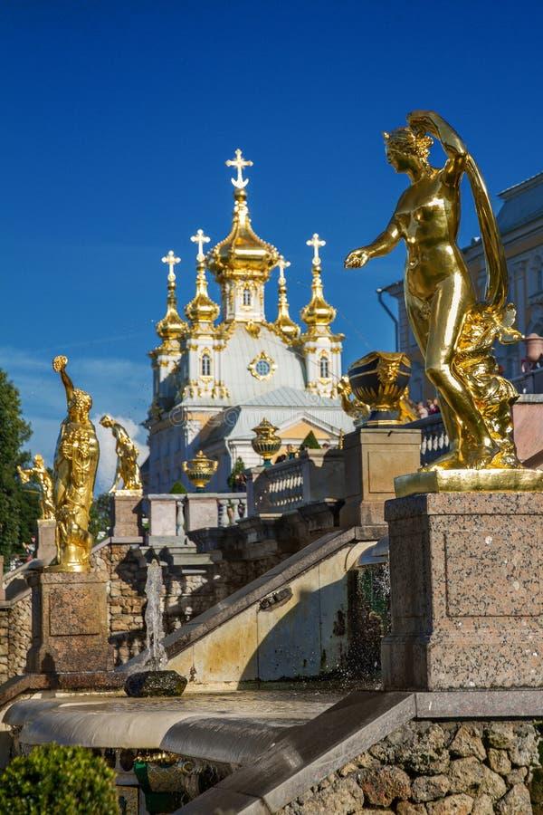 Scultura dorata in Peterhof, St Petersburg immagine stock
