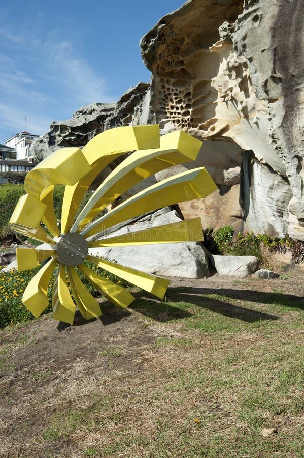 Scultura gialla dalla spiaggia di Bondi del mare fotografie stock libere da diritti