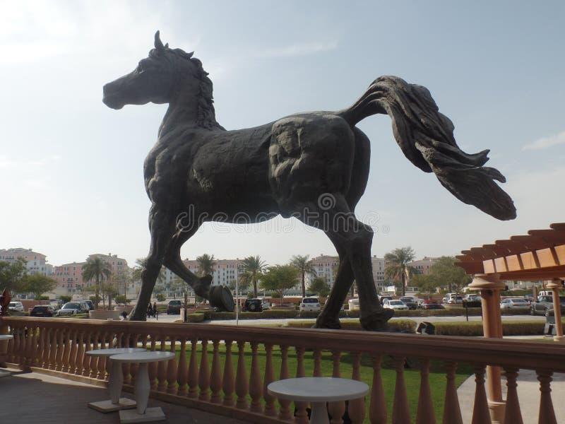Scultura gigante del cavallo fuori del Kempinski Marsa Malaz nel Qatar fotografia stock