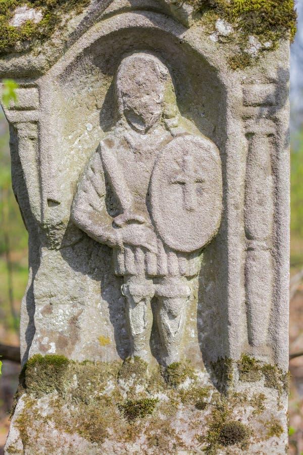 Scultura incisa del cavaliere sulla tomba immagini stock libere da diritti