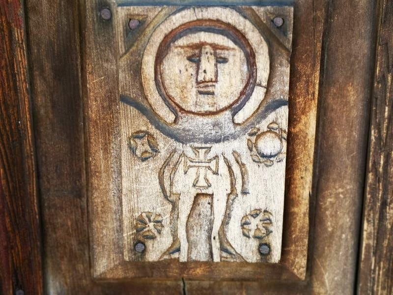 Scultura in legno sul portone di Maramures immagine stock