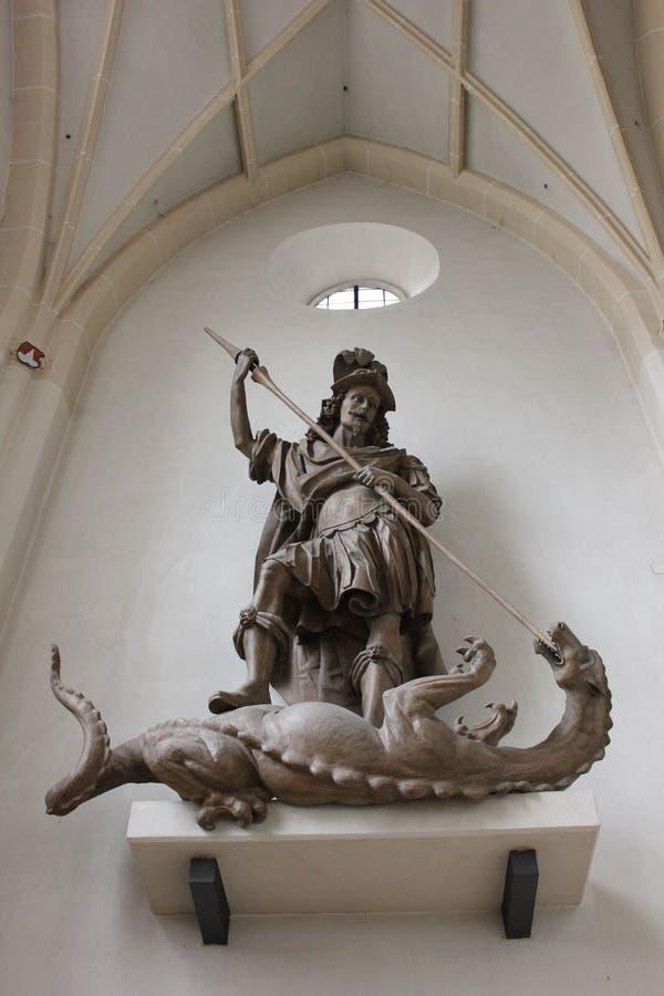 Scultura vecchia di St George che uccide il drago dentro la chiesa immagini stock libere da diritti