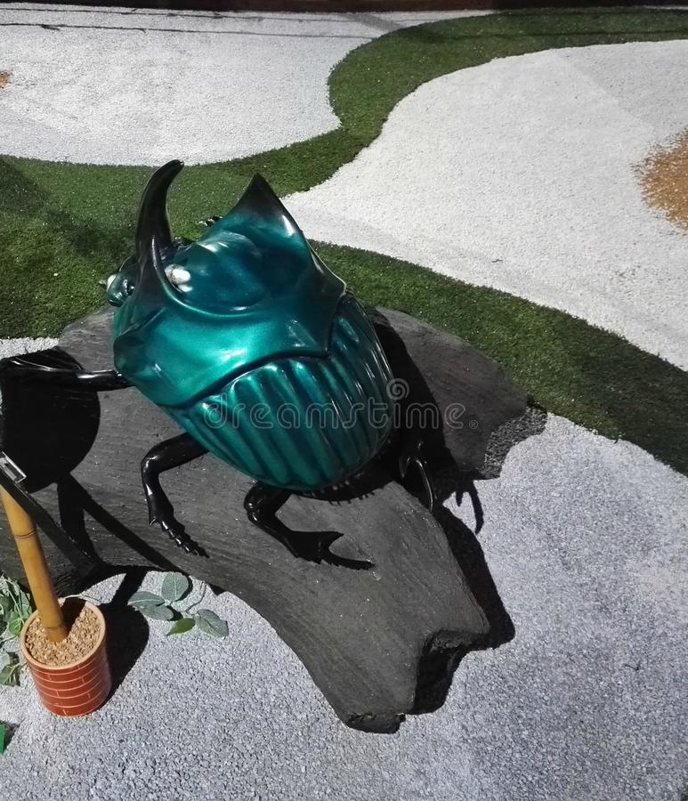 Scultura verde metallica gigante dello scarabeo nel parco Jaime Duque immagini stock