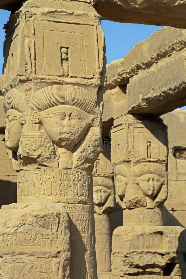 Sculture antiche di Hathor dell'Egiziano in tempio di Dendera immagine stock