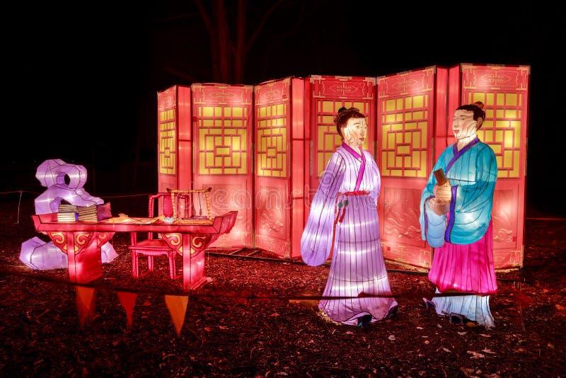 Sculture cinesi della lanterna: figure con lo scrittorio e lo schermo di scrittura fotografia stock libera da diritti