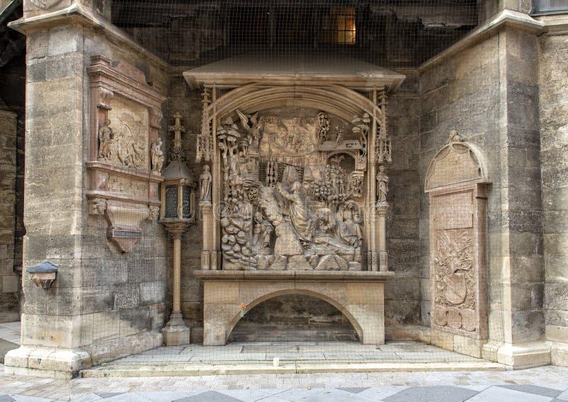 Sculture commemorative sulla parete esterna della cattedrale di Santo Stefano, Vienna, Austria fotografia stock