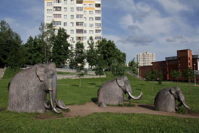 Sculture dei mammut nel distretto residenziale abitato in fotografia stock