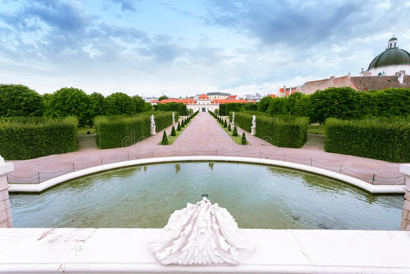 Sculture della fontana nei giardini di belvedere con il belvedere più basso, Vienna, Austria immagini stock