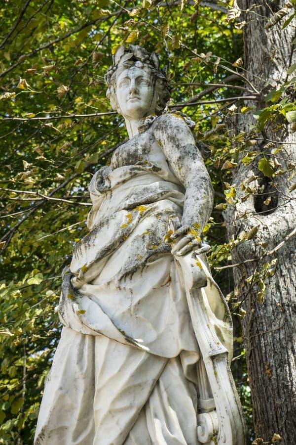 sculture di marmo bianche nei giardini di Segovia, Spagna Beauti fotografie stock