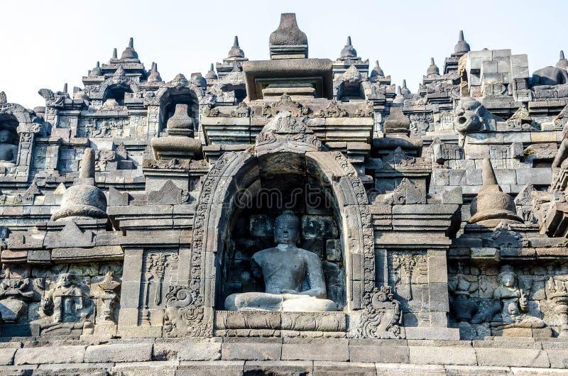 Sculture di pietra antiche multiple di Buddha sul sollievo in Bor fotografia stock