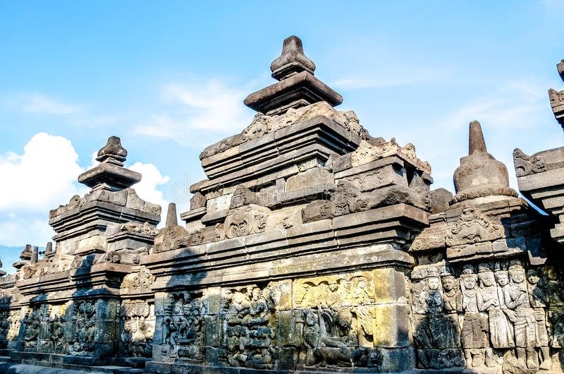 Sculture di pietra antiche sulla parete nel tempio di Borobudur fotografia stock