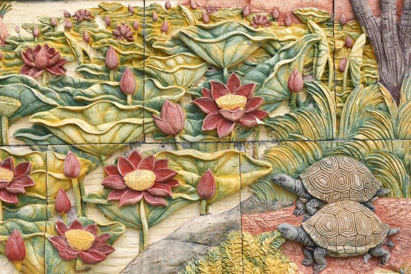 Sculture di pietra di bei fiore e tartarughe immagine stock