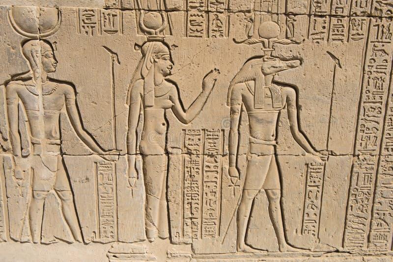 Sculture geroglifiche su una parete egiziana antica del tempio fotografia stock