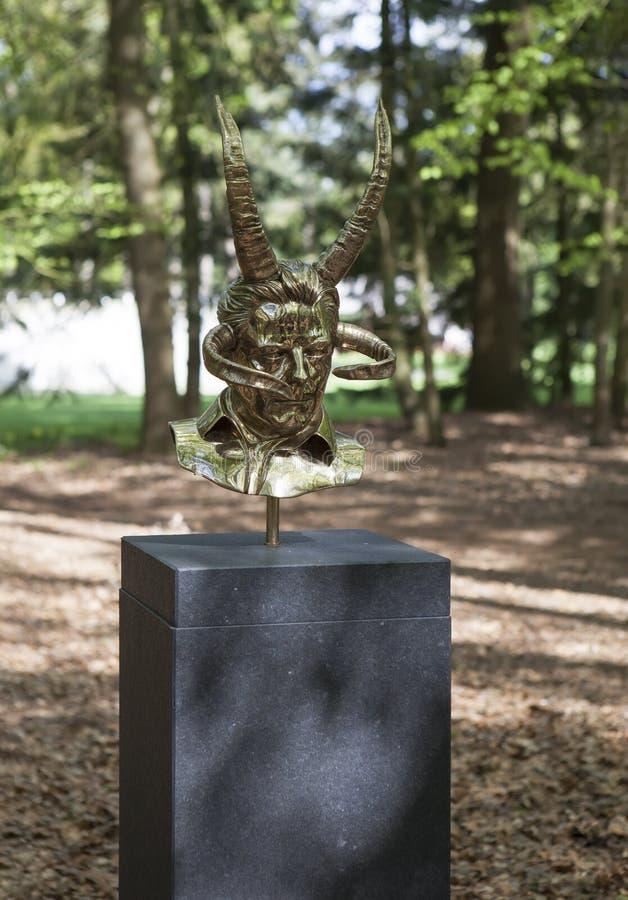 Sculture mistiche da Jan Fabre sotto il nome dei CAPITOLI I - XVIII Park De Hoge Veluwe Otterlo netherlands fotografia stock libera da diritti